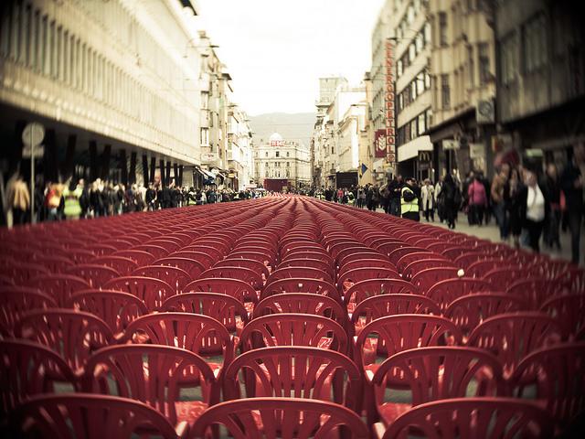 11.541 Tote. 11.541 leere Stühle. Vor 20 Jahren begann die Belagerung Sarajevos. (Foto: Wojtek/flickr cc-Lizenz)